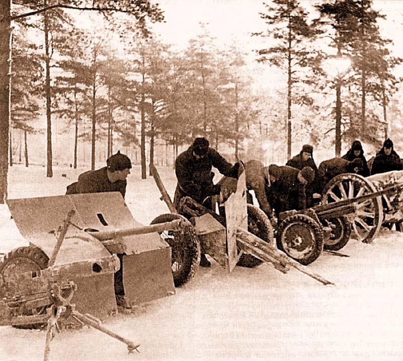 Трофейные финские 37-мм противотанковые пушки «Бофорс». Карельский перешеек, февраль 1940 года