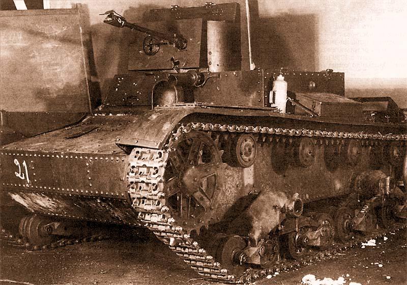 Трофейный советский танк ХТ-26 на ремонтном заводе в Варкаусе, весна 1940 года. В передней части башни видна пробоина от противотанкового снаряда. В финской армии захваченные ХТ-26 использовались только как учебные машины, при этом огнеметы с них демонтировали