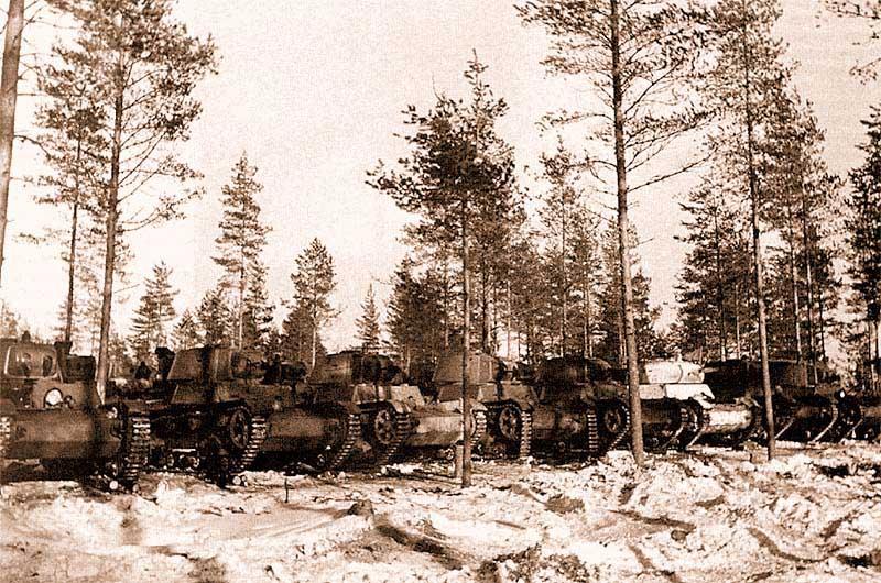 Танки 210-го отдельного химического танкового батальона (XT-133 и один XT-134) после окончания боев. Танк XT-134 (с дополнительной экранировкой), единственный из всех имеет зимний камуфляж. Карельский перешеек, март 1940 года