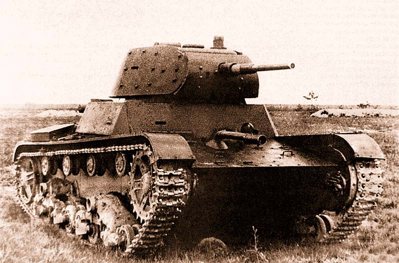 Танк XT-134 на испытаниях в Кубинке летом 1940 года. Хорошо виден огнемет в верхнем переднем листе корпуса. Машина прибыла с Карельского перешейка, где участвовала в боях. Для снижения ее массы перед испытаниями была демонтирована экранировка корпуса, зато на башне она видна очень хорошо
