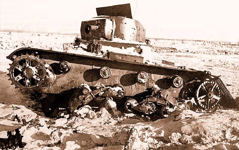 Подбитый в районе высоты 65,5 телетанк ТТ-26 из состава 217-го отдельного химического танкового батальона, февраль 1940 года. Хорошо виден двухцветный камуфляж машины, а также два антенных ввода на крыше башни — деталь, характерная только для ТТ-26