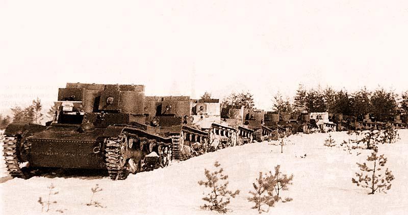 Танки 377-го отдельного танкового батальона уходят с фронта после окончания боев. Карельский перешеек, март 1940 года. Колонну Т-26 образца 1931 года (с пулеметным и пушечно-пулемет-ным вооружением) возглавляет трофейный финский «Виккерс». Обращает на себя внимание, что всего три Т-26 выкрашены в белый цвет, а остальные – зеленые
