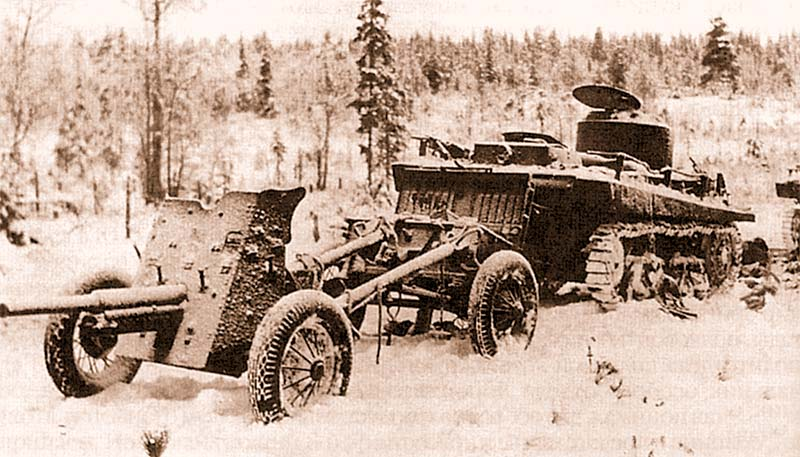 Место прорыва из окружения частей 44-й стрелковой дивизии – танк Т-37 из состава 312-го отдельного танкового батальона с 45 мм противотанковой пушкой на прицепе. Район 9-й армии, февраль 1940 года