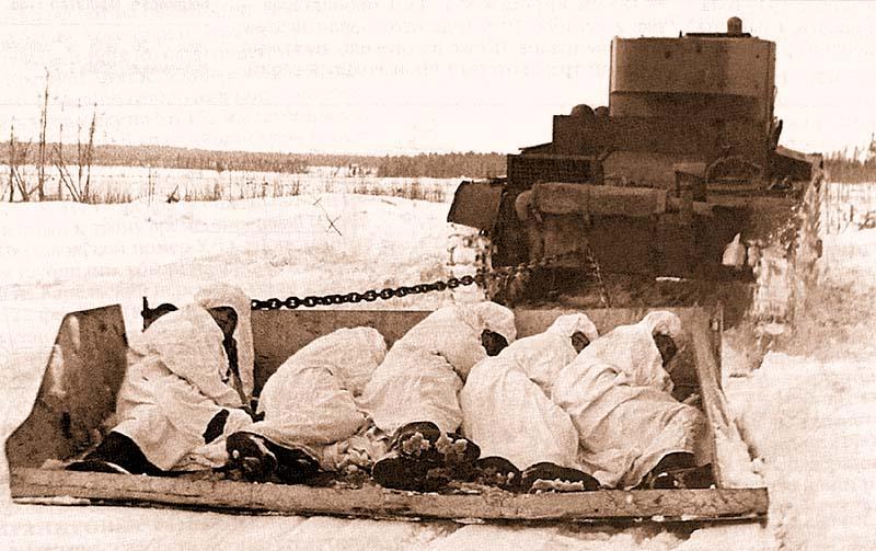 Подготовка к боям: бронесани Соколова с пехотой буксируются танком XT-130. Слева от башни танка хорошо видны полусферические крышки заливных горловин, через которые производится заправка баков смесью для огнеметания. Северо-Западный фронт, январь 1940 года