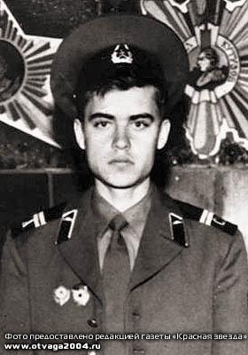 Погибший от попадания в танк кумулятивного выстрела ст. мех.-водитель роты гв. сержант Александр Аверьянов