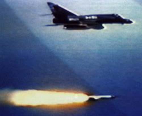 Аргентинский самолёт «Супер Этандар» осуществляет запуск ПКР AM-39 «Экзосет»