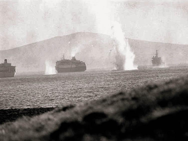 Британские корабли экспедиционных сил под бомбами аргентинских самолётов в бухте Сан-Карлоса