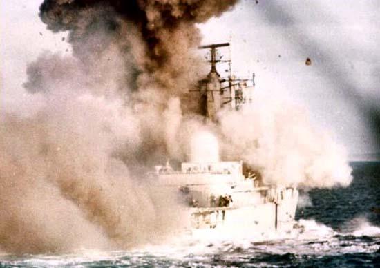 Взрыв на британском фрегате «Ковентри», атакованном аргентинскими самолётами в паре с ФР «Бродсуорд» 25 мая. После попадания бомб корабль продержался на плаву 1 час, после чего затонул