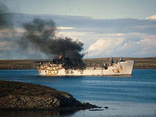 Пожар на британском десантном корабле «Сэр Гэлэхэд» после атаки аргентинских самолётов 24 мая 1982 г.