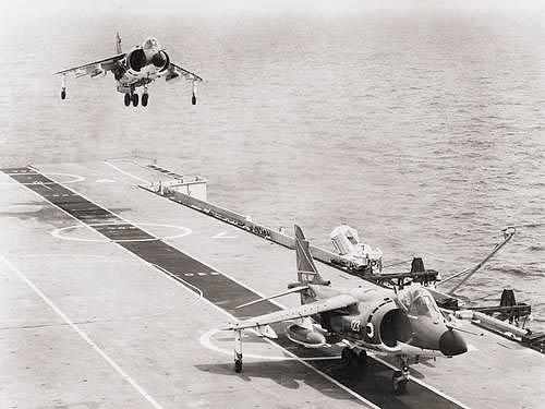 СВВП «Си Харриер» приземляются на палубу британского авианосца «Гермес»