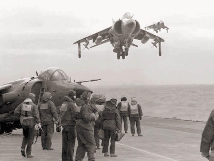 СВВП «Си Харриер» из состава 801-й аэ садится на авианосец «Инвинсибл» после выполнения боевого задания в районе Фолклендских островов