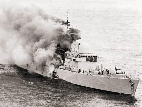 Британский ЭМ УРО «Шеффилд» после атаки аргентинских самолётов 4 мая 1982 г. После сильного пожара корабль затонул