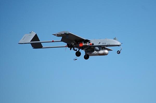 БЛА AAI RQ-7 «Shadow-200» с подвешенной под правым крылом УАБ «Shadow Hawk»