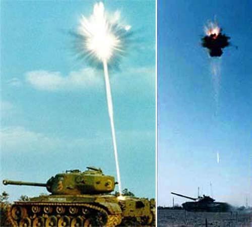 На этих снимках показан момент поражения цели ударным ядром. Хорощо заметно само ударное ядро (светлая полоска над танком)