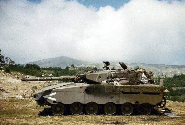 Этот подбитый танк «Меркава», тем не менее не загорелся
