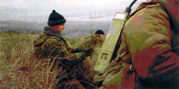 7 декабря 1999 года. НП в канаве на окраине пос. Кирово. До боевиков 200 метров. В центре – старший сержант А. Шароборин. Он погибнет 17 января 2000 года в бою вместе с генералом Малофеевым
