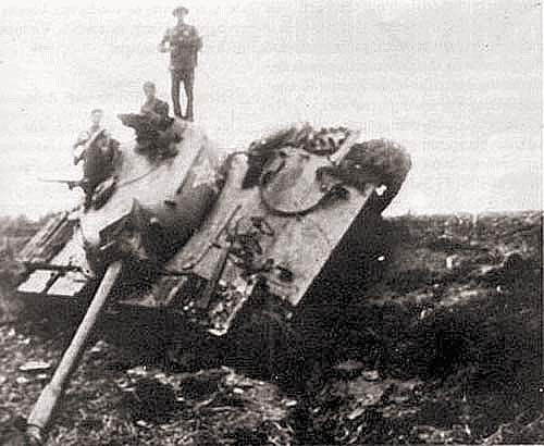 Вьетнамские солдаты позируют на фоне подбитого китайского танка «Тип 62»