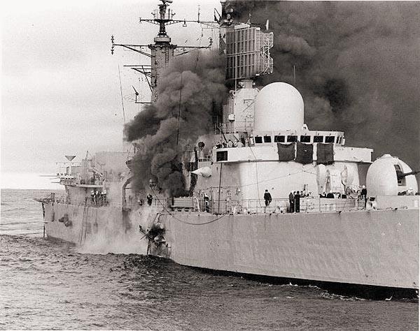 Британский эсминец «Шеффилд» горит после попадпния ракеты «Экзосет»