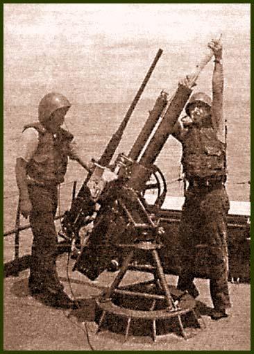 12,7-мм пулемет на одной тумбе с 81-мм минометом на корме – характерный вариант вооружения американских катеров