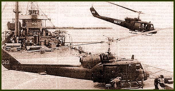 Вертолеты «Хьюи» взлетают с палубы плавбазы LST-821