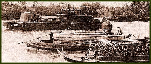 ССВ (Command and Control Boat – корабль управления и связи) проводит досмотр двух джонок