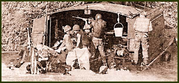 На войне, как на войне: десант прикрывает огнем подбитый из гранатомета ASPB, пока экипаж старается заделать пробоину