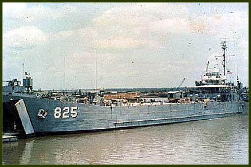 Десантный корабль LST-825 «Хикман Каунти» второго эскадрона десантных кораблей недалеко от Вунг Тау, октябрь 1968 г. Корабль выполнял функции снабжения баз и подразделений на траверзе рек Вьетнама