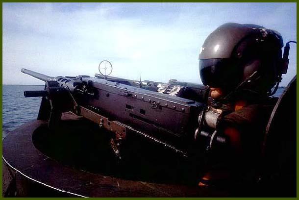 Оператор пулеметной установки корабля на воздушной подушке в авиационном шлеме похож на героя фантастического фильма