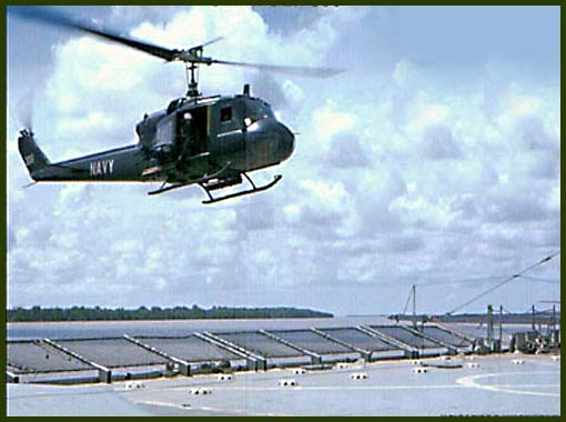 Посадка UH-1B ВМС США на плавбазу, июнь 1968 г.