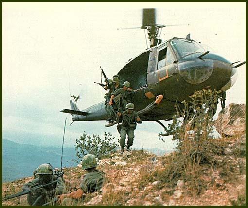 Высадка американских солдат с борта вертолета UH-1B