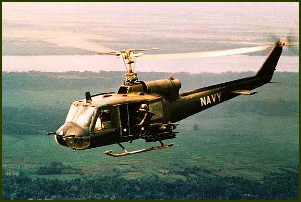 Вертолет UH-1B «Хьюи» ВМС США патрулирует дельту Меконга, 1968 г.