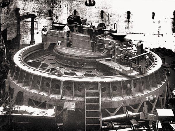 Расточка погона трехорудийной 14-дм установки «Измаила» на ПМЗ, 17 августа 1916 г. Фигуры рабочих позволяют оценить размеры всей конструкции