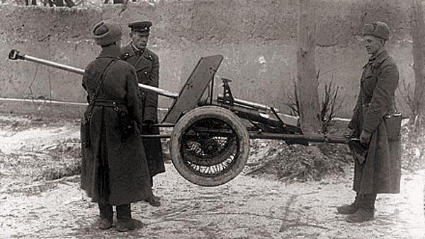 Переноска орудия расчетом из трех человек