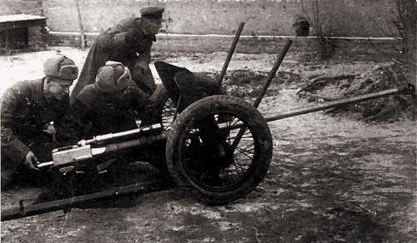 Орудие ЛПП-25 в боевом положении. В качестве расчета - создатели пушки И.И.Жуков, М.Ф.Самусенко, А.М.Сидоренко.