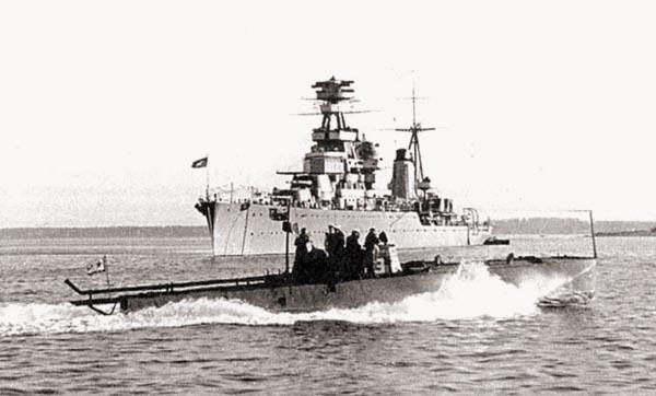 Торпедный катер типа Г-5 проходит мимо крейсера «Киров», 1940 г.