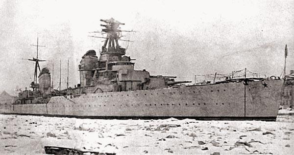 «Киров» после авианалета 24 апреля 1942 г.: разрушенная кормовая труба и перебитые опоры грот-мачты