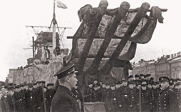 Митинг на крейсере «Киров» в годы блокады. Кормовая башня и часть надстроек укрыты маскировочными тентами, кроме того, хорошо видна временная грот-мачта, установленная взамен разрушенной взрывом бомбы
