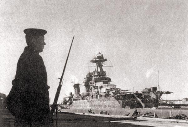 Крейсер «Киров» у Университетской набережной, январь 1944 г.