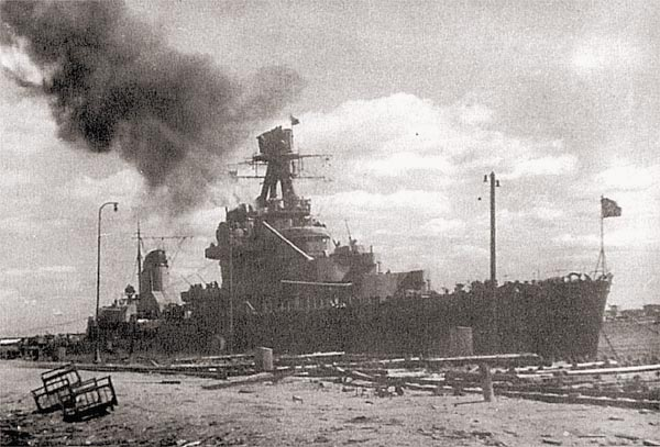 Крейсер ведет огонь по позициям противника во время наступления на Карельском перешейке, 7 июля 1944 г.