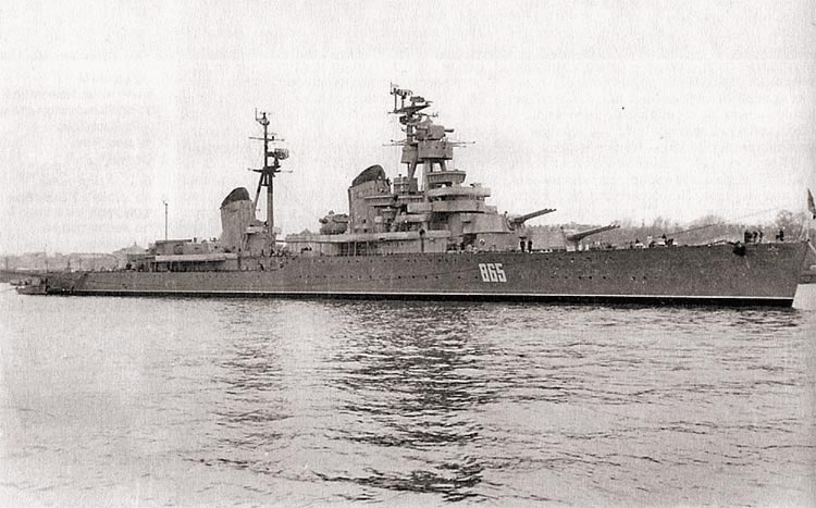 Краснознаменный крейсер«Киров» вошел в Неву для участия в военно-морском параде