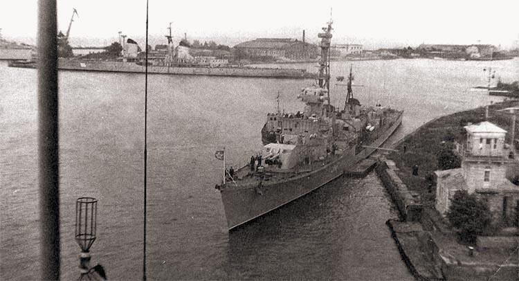 Разоруженный крейсер «Киров» в Кронштадте, 1976-1977 гг. На переднем плане – эсминец проекта 30-бис
