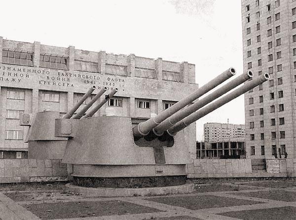 Носовые башни «Кирова» – часть мемориального комплекса на площади Балтфлота в Санкт-Петербурге